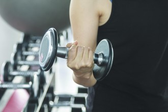 Asian women are exercising in the gym.
